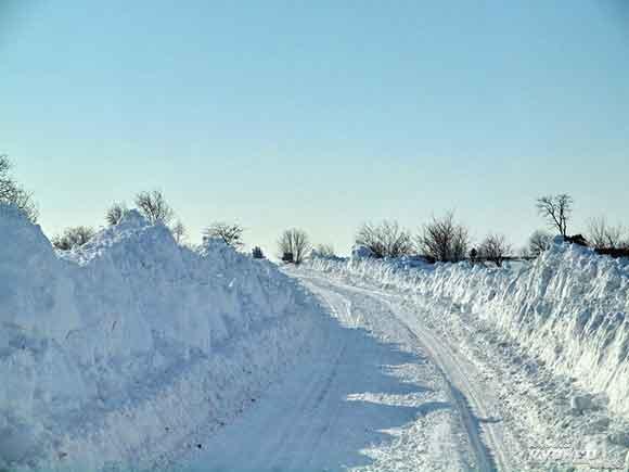 Дороги парализованы снежными заносами